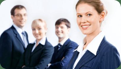 Recém-contratada para a vaga de assistente administrativa, junto com seus colegas de trabalho.