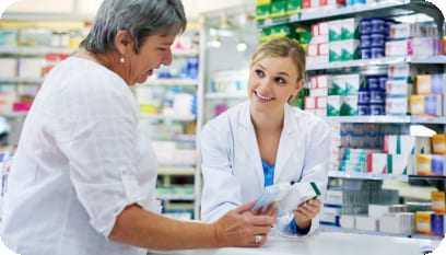 Atendente de farmácia atendendo uma cliente