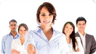 Moça sorrindo e estendendo a mão e os seus colegas ao fundo.