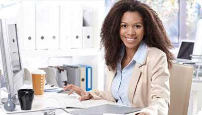 Jovem morena trabalhando como auxiliar de contabilidade