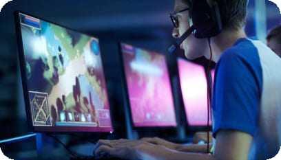 Aluno em frente ao computador praticando no software as aulas de desenvolvimento de jogos 3D