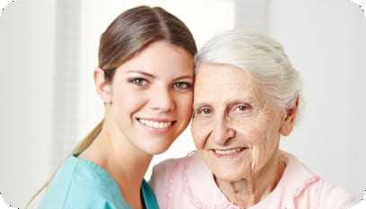 Cuidadora de idosos com o rosto encontrado numa senhora idosa.