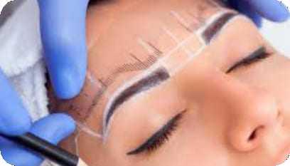 Profissional realizando um procedimento de design de sobrancelha em uma cliente