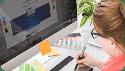 Aluna em frente a tela do computador colocando em prática as aulas do Curso de Design Gráfico