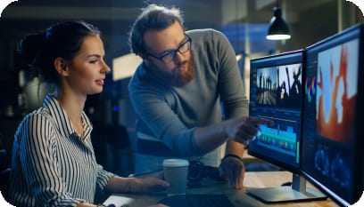 Professor ensinando a aluna editar vídeos no software de edição