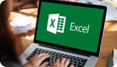 Aluno abrindo o programa Excel em seu laptop.