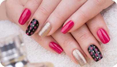 Unhas bonitas e decoradas por uma profissional especializada em manicure e pedicure