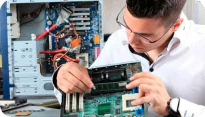 Jovem estudante colocando em prática as lições do curso de montagem e manutenção de micros.
