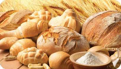 Grande variedade de pães em cima de uma mesa
