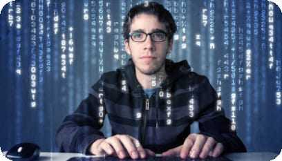Jovem programando no computador e sendo envolvido por códigos.