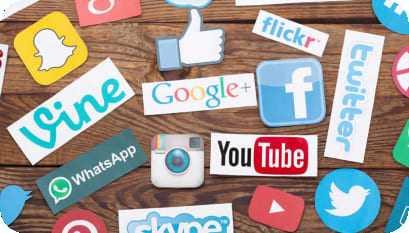 Mesa com diversas logomarcas de mídias sociais
