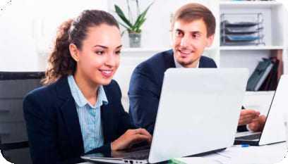 Moça em frente ao computador trabalhando como auxiliar de recursos humanos